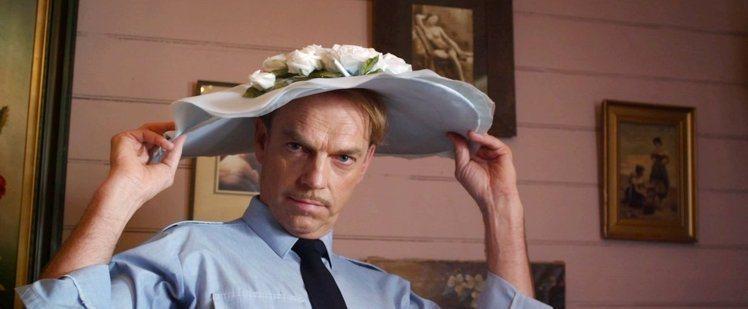 雨果威明在《惡女訂製服》中飾演一名喜愛女裝穿搭的警長。圖/威視電影提供