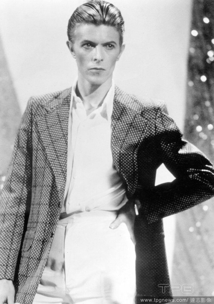 大衛鮑伊是美麗的,但同時也是帥氣的,當他穿上西裝時,散發帥氣的紳士氣息。圖/達志...