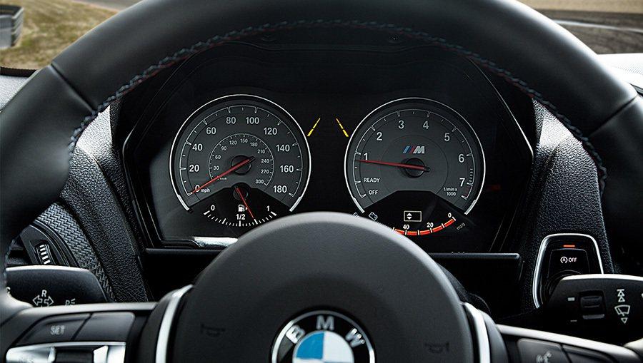 全新2016年式 BMW M2 Coupe雙門轎跑車雙環式儀表。 BMWW提供