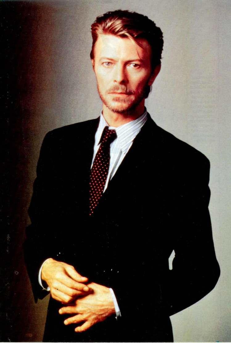 九○年代是個簡約的年代,大衛鮑伊卻選擇蓄鬍、戴耳環打造衝突的美感。圖/擷自dav...