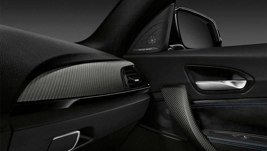 全新2016年式 BMW M2 Coupe雙門轎跑車內裝碳纖維飾板。 BMWW提供