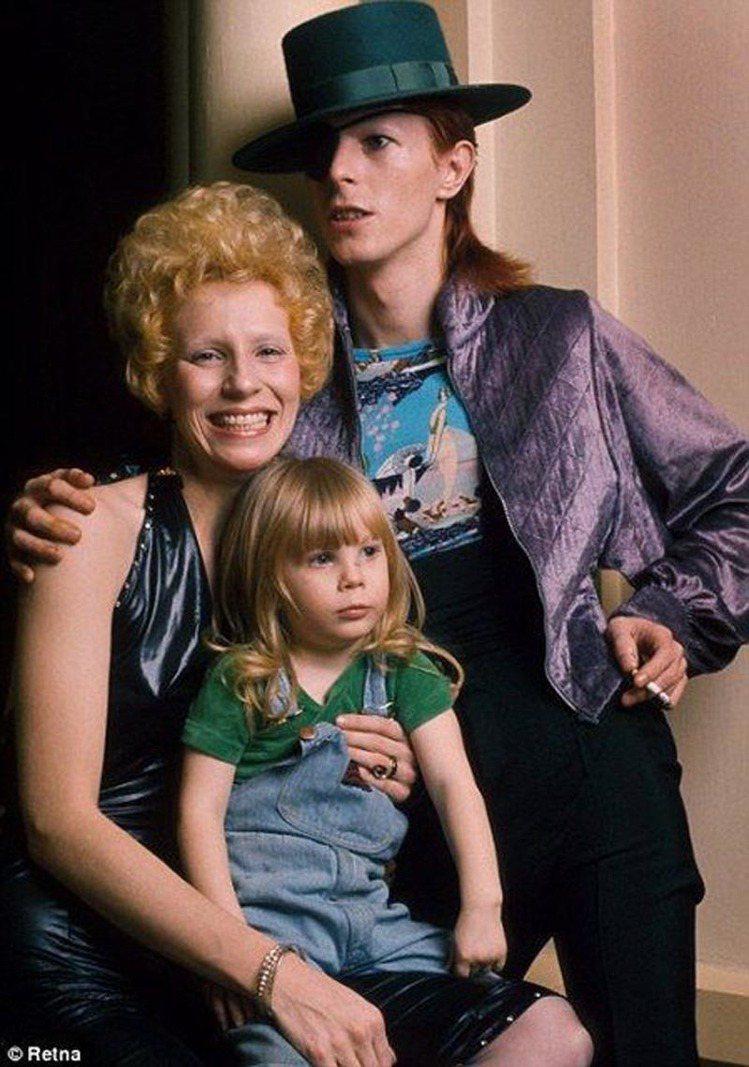 大衛鮑伊與第一任妻子 Angela Bowie 和女兒於1974年的合照。圖/擷...