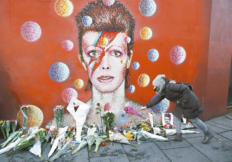 《Ziggy Stardust》的閃電妝,更是經典中的經典。圖/美聯社