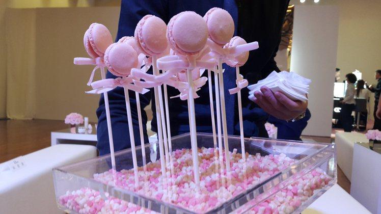 大家看到這麼可愛的棒棒糖造型馬卡龍,心都溶化了啦。圖/記者翁以愛攝影