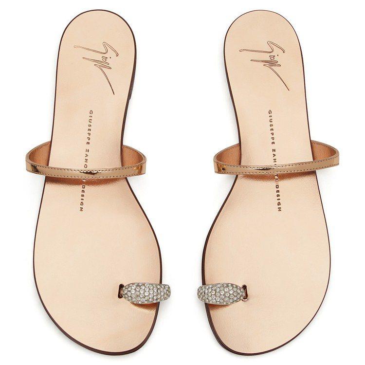 水鑽指環裝飾金屬皮革平底涼鞋,售價18,800元。圖/Giuseppe Zano...