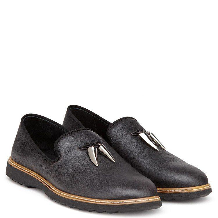 金屬獠牙裝飾黑色皮革樂福鞋,售價26,800元。圖/Giuseppe Zanot...
