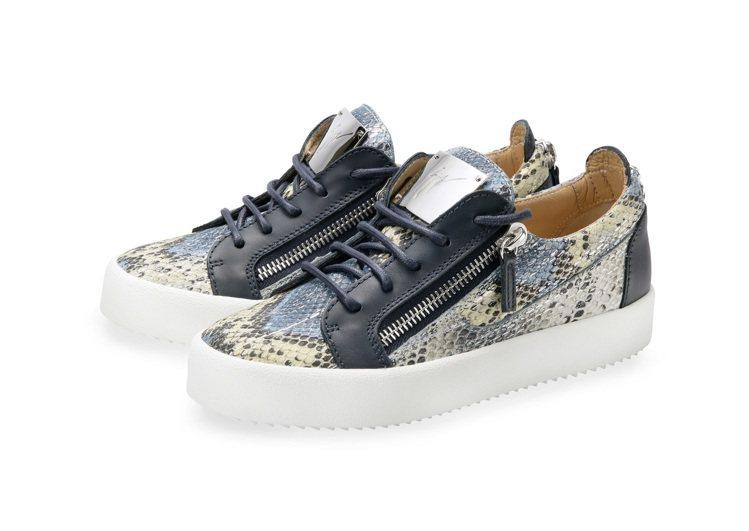 藍色蟒蛇壓紋皮革男性休閒鞋,售價26,800元。圖/Giuseppe Zanot...