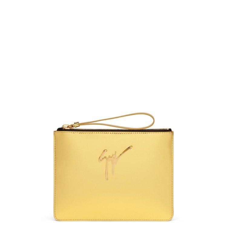 金色皮革LOGO手拿包,售價20,800元。圖/Giuseppe Zanotti...