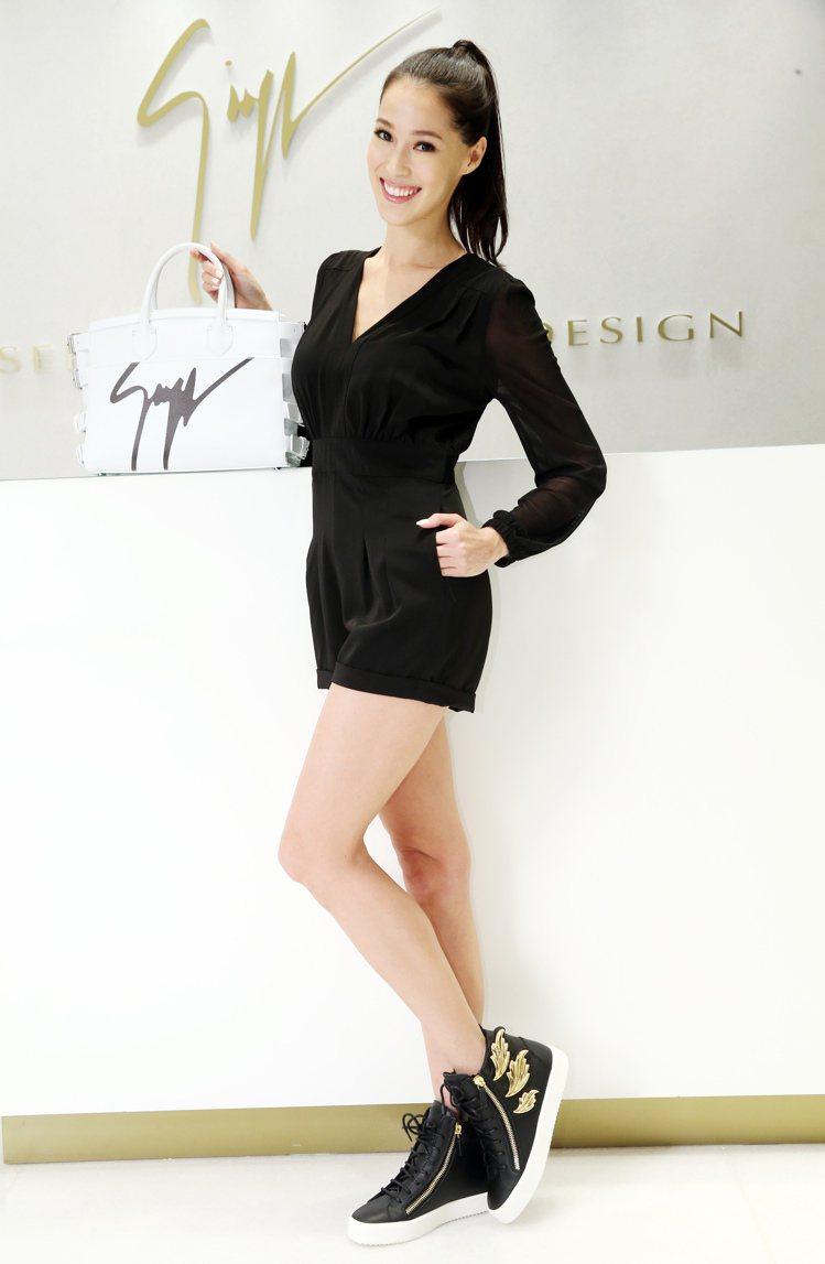 Akemi喜愛Giuseppe Zanotti Design火焰翅膀鞋的休閒舒適...