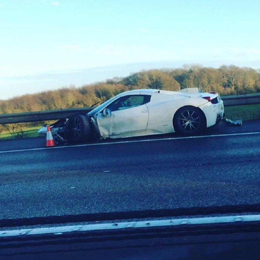 一輛價值20萬英鎊的Ferrari 458 Spider在英國撞毀。 摘自Twitter@OnlyFerrariPics