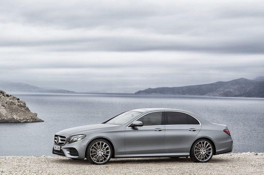 E系列具備轎跑車的造型與戰力,車身尺碼放大不少,軸距加長65mm,為2939 mm,車長則增加43mm,達到4923mm。 圖/Mercedes Benz提供