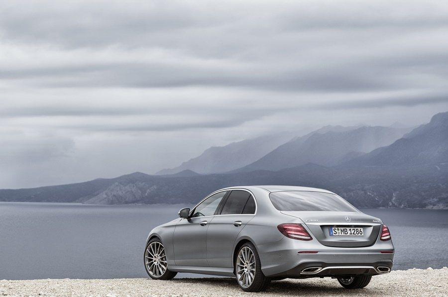 車尾造型頗似S系列,圓潤而帶著流動線條,LED尾燈組設計排列為三個橢圓造型,尾門有鍍鉻飾條,保桿下有雙出鍍鉻框的尾管。 圖/Mercedes Benz提供