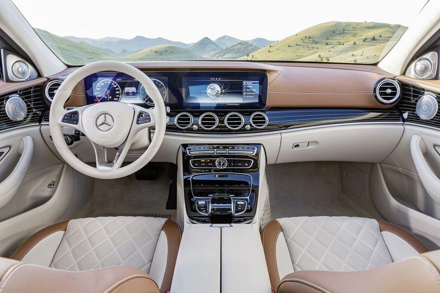 座艙用料與配置十足華麗,水準直追賓士旗艦S系列,以雙色頂級皮革組合,並交錯著仿遊艇有金色橫線的黑鋼琴烤漆飾板,環繞座艙。 圖/Mercedes Benz提供