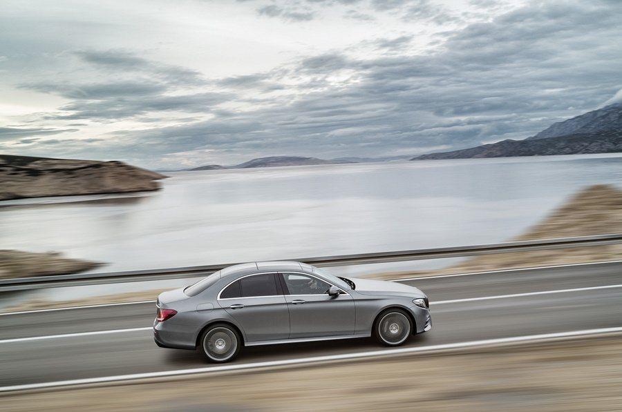 E系列也搭載業界最先進且功能最豐富的自動駕駛輔助功能,跟車系統除了能在車速最高210公里/小時,能自動追循前車,在有道路分隔線時,它也在最高車速130公里/小時的條件下,自動跟隨前車。 圖/Mercedes Benz提供