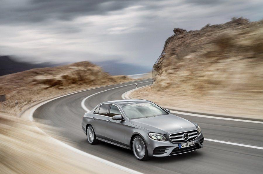 E系列更配備業界首見的轉向變換車道輔助系統,打方向燈超過2秒,車子會自動偵測鄰近車道有無車輛,並自動變換車道。 圖/Mercedes Benz提供