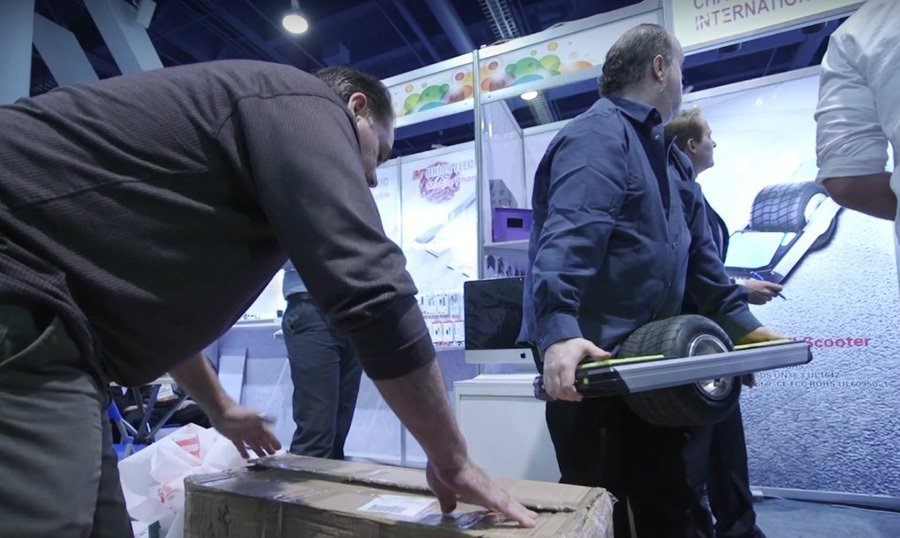 Trotter單輪電動板車展區遭有關單位查封。 裁自Bloomberg Business影片