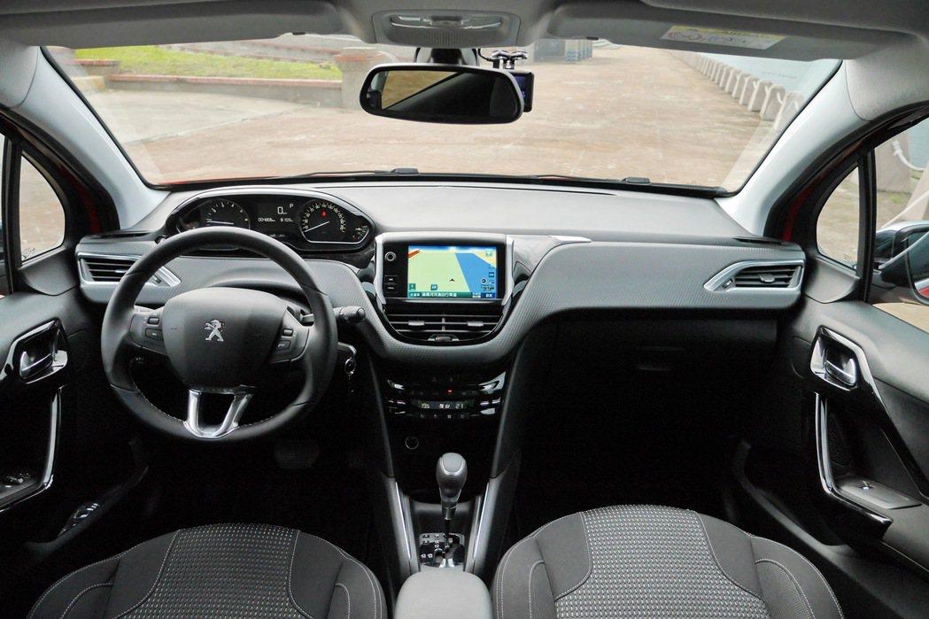 內裝有超越同級小車的配備及質感。 記者陳威任/攝影