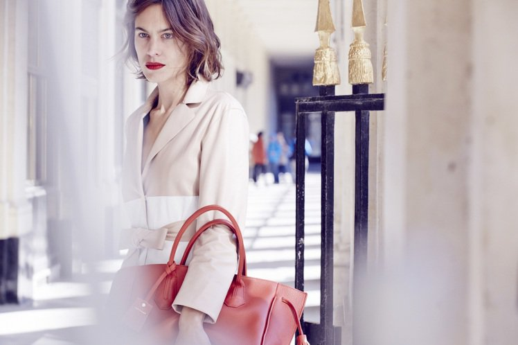 Longchamp 春夏廣告邀Alexa Chung代言,詮釋率性又迷人的巴黎女...