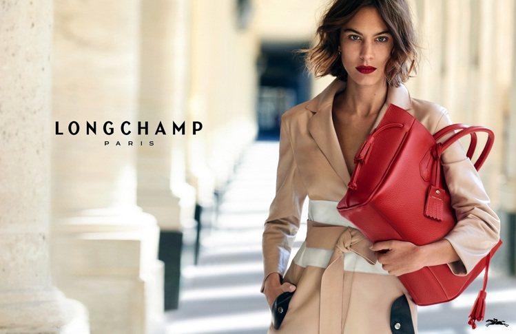 Longchamp 春夏廣告中,Alexa Chung手拎最新款的Penelop...