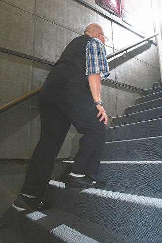 阿公85歲,最近走路步伐愈來愈小。 本報資料照片