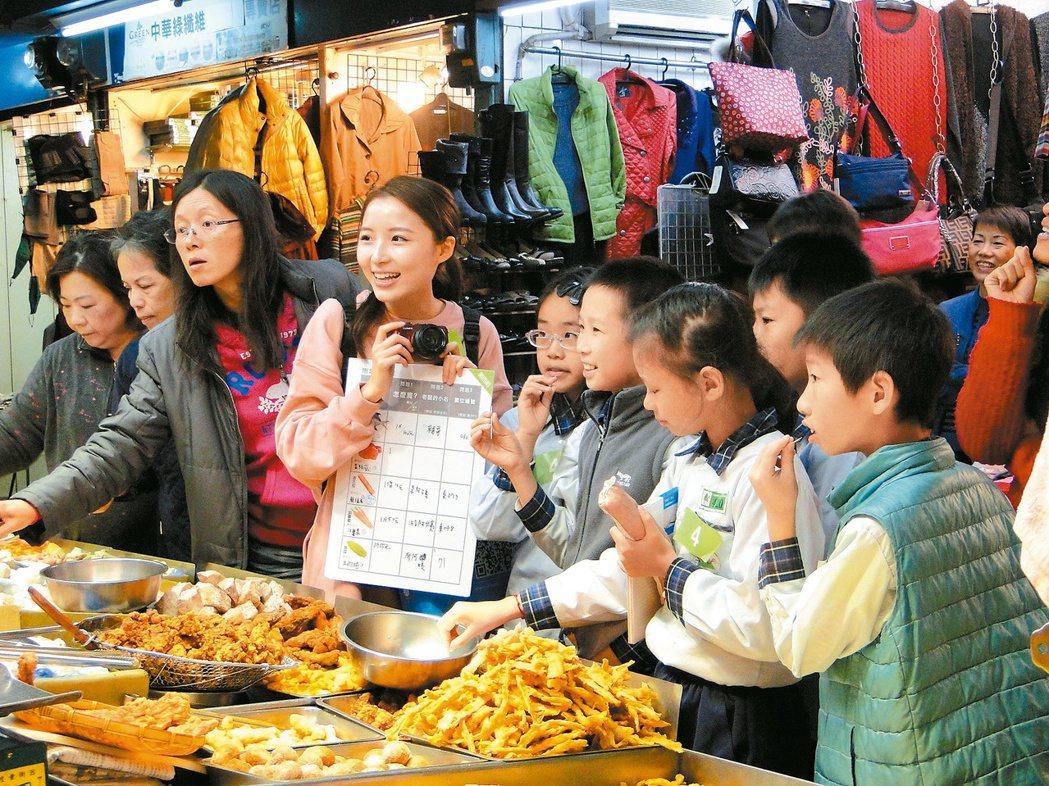 龍山寺旁的新富與東三水街市場變身「菜市場小學」,以攤商為師,小朋友認真聽課。 圖...