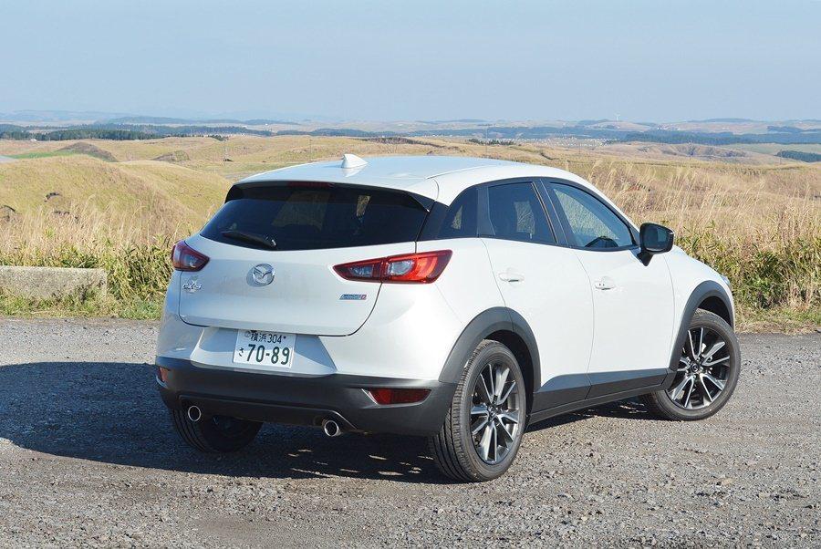 車尾擷取Mazda2的元素與設計,有銳利切線,並配上大型上擾流,LED尾燈則呼應...
