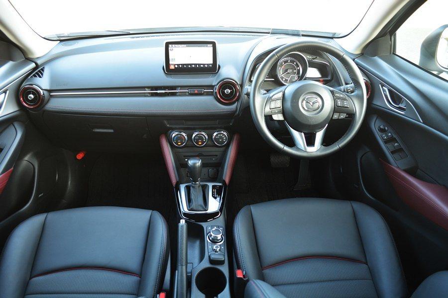 內裝延續Mazda2的主要設計,但更為華麗而精緻,利用雙色調皮革搭配金屬飾條與細...