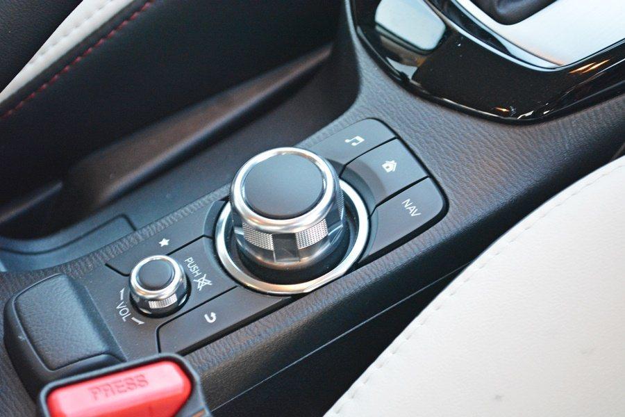 中央鞍座上有MZD多功能旋鈕與音響和導航的制按鍵模組,操作起來也十分就手。  ...