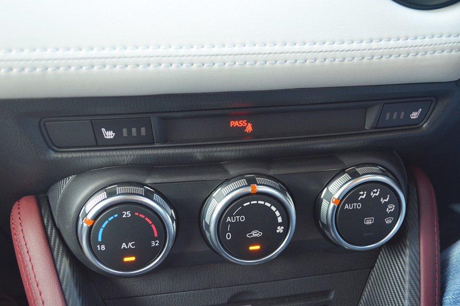 中控台界面視覺清爽有序,如三個旋鈕構成的空調控制界面操作起來格外順手,可藉直覺直...