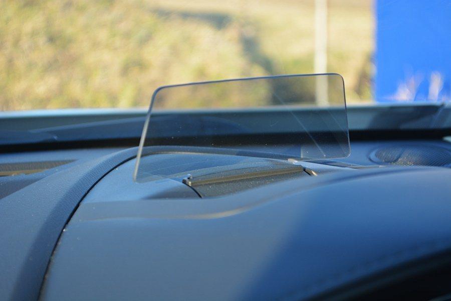 儀表上方有抬頭顯示器,可顯示車速及與前行煞車距等資訊。  記者趙惠群/攝影