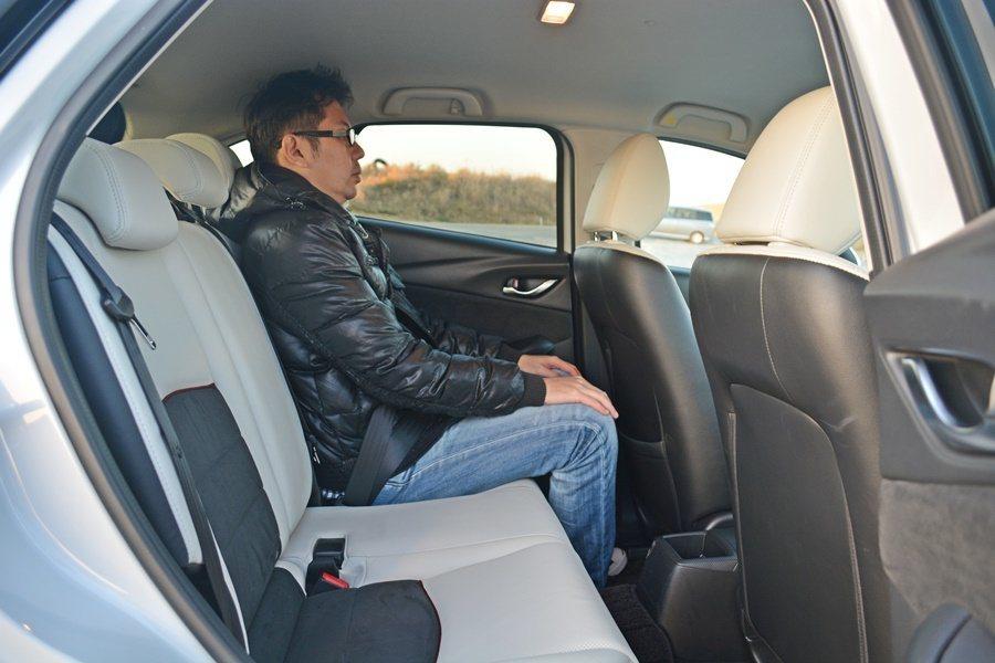 2570mm的軸距和Mazda2相同,有效的空間配置,使前後座腿部間都算寬裕,我...