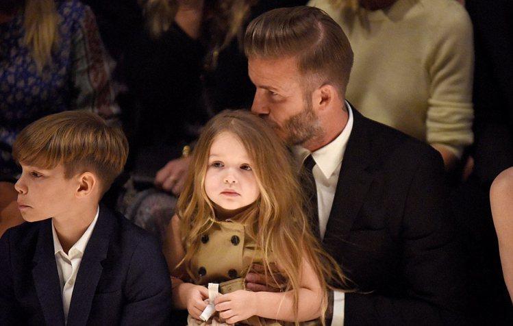 貝克漢帶一家人看時尚秀。圖/Burebrry提供