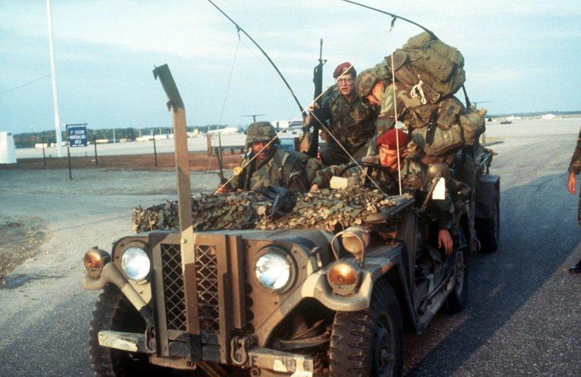 然後,美國大兵就來了...。圖為1983年,參與「緊急怒火行動」入侵格瑞那達的美...