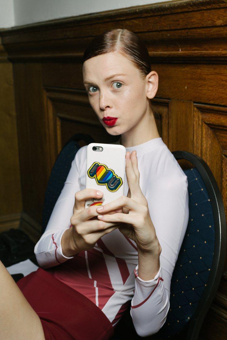 Anya Hindmarch皮革貼紙可貼於手機殼,售價2,580元。圖/CLUB...