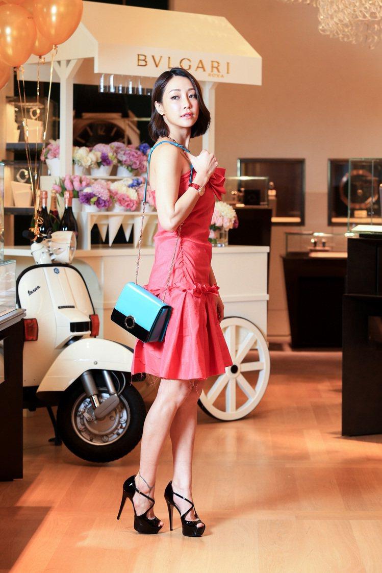 謝欣穎穿浪凡桃紅色洋裝,手拿寶格麗BVLGARI BVLGARI海水藍寶色小牛皮...