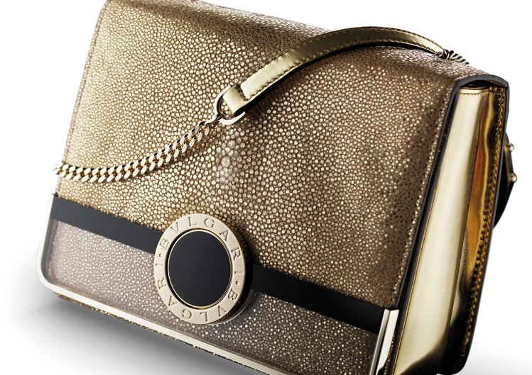 BVLGARI BVLGARI金色珍珠魚皮肩背包,以金屬鍍膜打造璀璨效果,加上透...