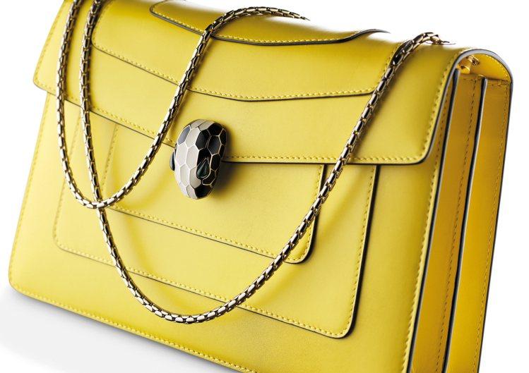 Serpenti Forever檸檬黃色小牛皮肩背包,約72,300元。圖/寶格...