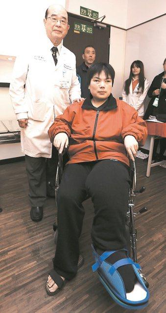 大陸徐女士(右)接受萬芳醫院主任許文憲(左)手術,切除重達4公斤血管瘤。 記者侯...