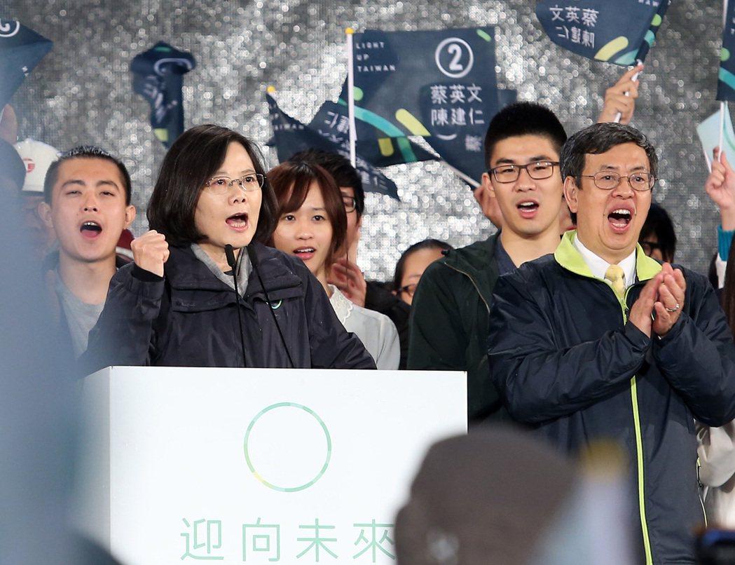 圖為總統蔡英文(左)與副總統陳建仁(右)選前的造勢晚會。 圖/聯合報系資料照