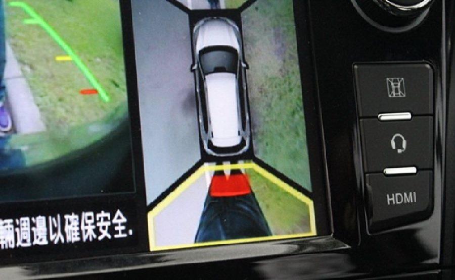 遇到九節芒擋路,不容易掌握路面時,Frank利用他這台車配備的AVM 360度環景顯影系統,從中控台的彩色螢幕上,掌握四周的障礙和山路的邊際線。