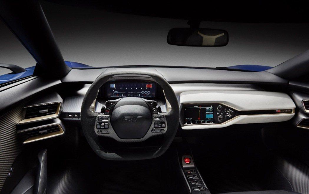 內裝搭載Ford最新SYNC 3 娛樂通訊整合系統,讓Ford GT不論是動力或...