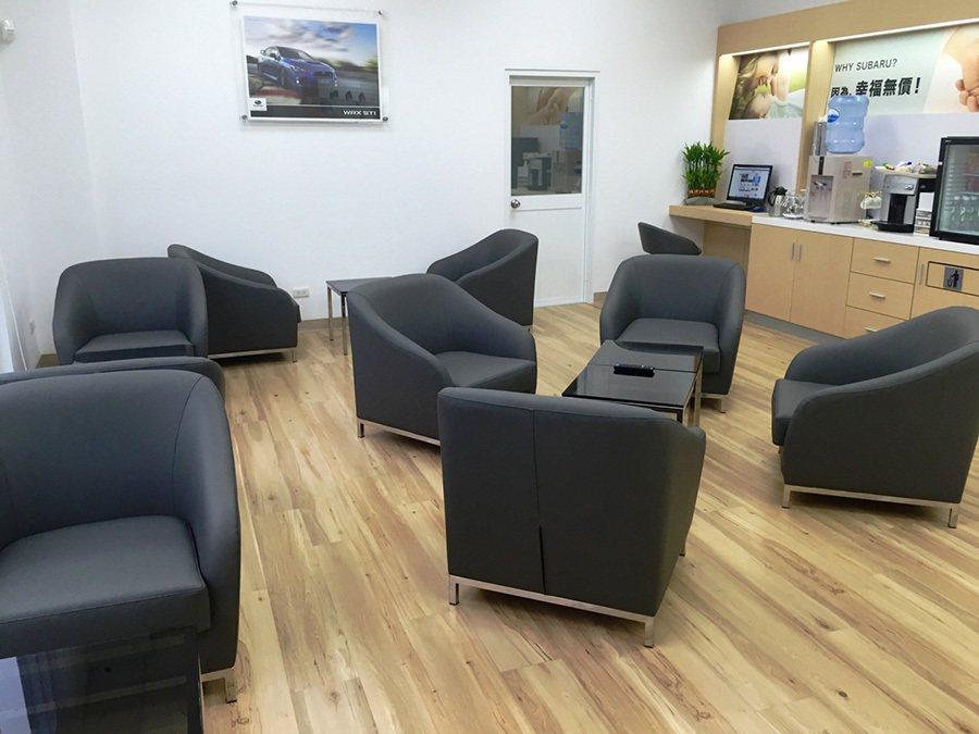 SUBARU丞慶中台中旗艦展示中心採用暖色系建材細心鋪陳,並且精選各式傢俱營造舒適的客戶休憩區。 SUBARU提供