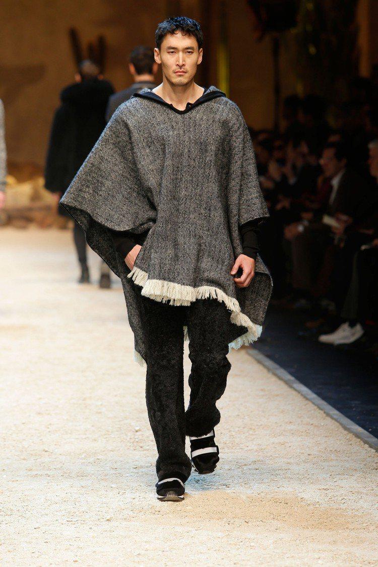 Dolce & Gabbana本季融入了西部牛仔風格,所以有著未收邊設計的羊毛斗...