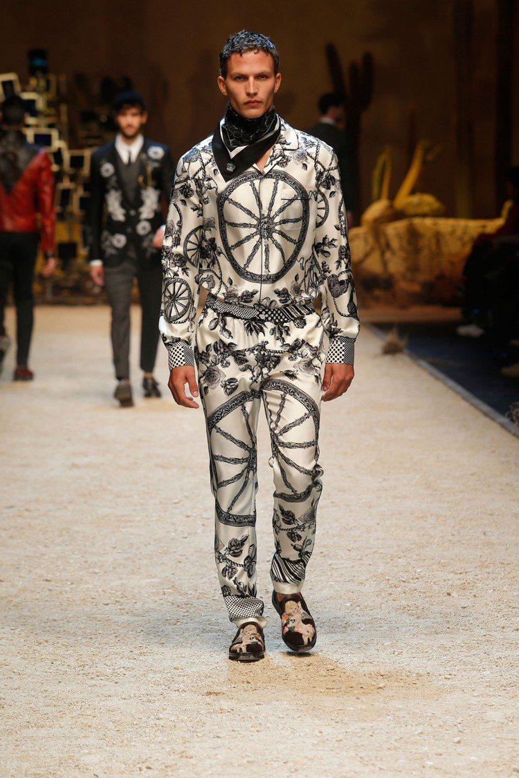 Dolce & Gabbana被人戲稱「睡衣風」的絲質印花襯衫和休閒褲,依舊是本...