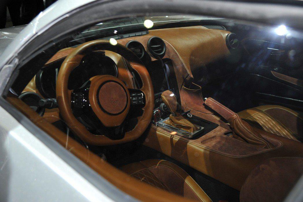 內裝大抵採用Viper的座艙格局,並採用大量皮革與Alcantara麂皮混搭營造豪華感。 摘自VLF Automotive