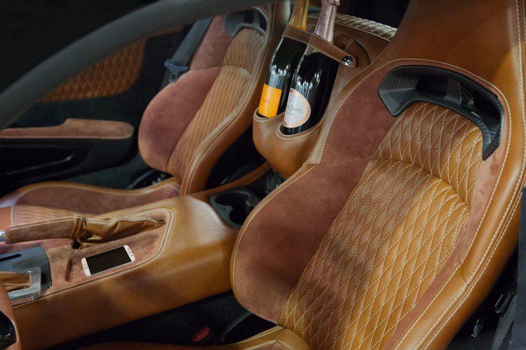 Force 1具備香檳置杯架,成為此車座艙最特別之處。※ 提醒您:飲酒過量有礙健康 酒後不開車 摘自VLF Automotive