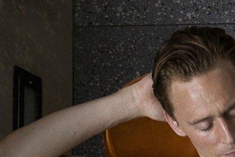 在《雷神》中飾演「洛基」,亦正亦邪的性感讓人噴發少女心的男星湯姆希德斯頓,演出向來頗為大膽,在新片《High-Rise》中他正面全裸躺在長椅上,僅以一本書遮住第三點。有趣的是,書上大剌剌的寫著「we...
