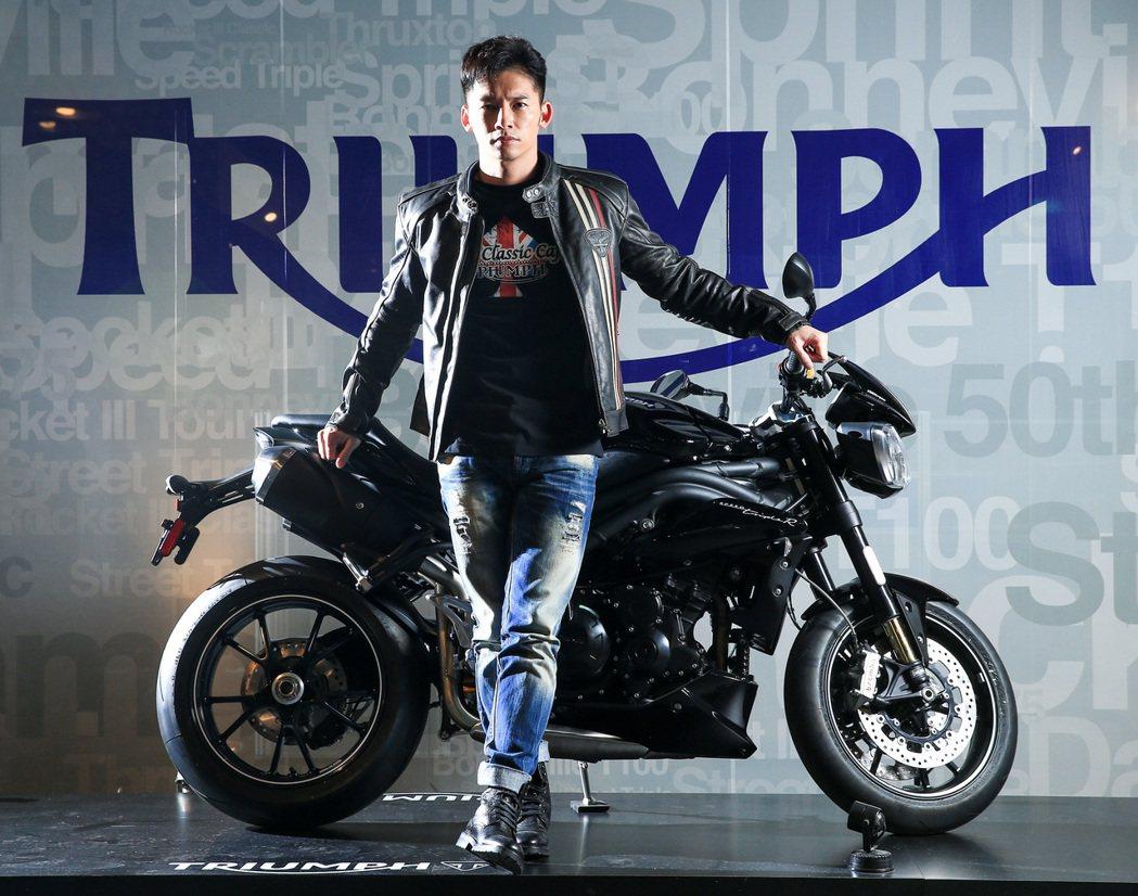 溫昇豪與全台限量七台的TRIUMPH SPEED 94 R。 記者林伯東/攝影