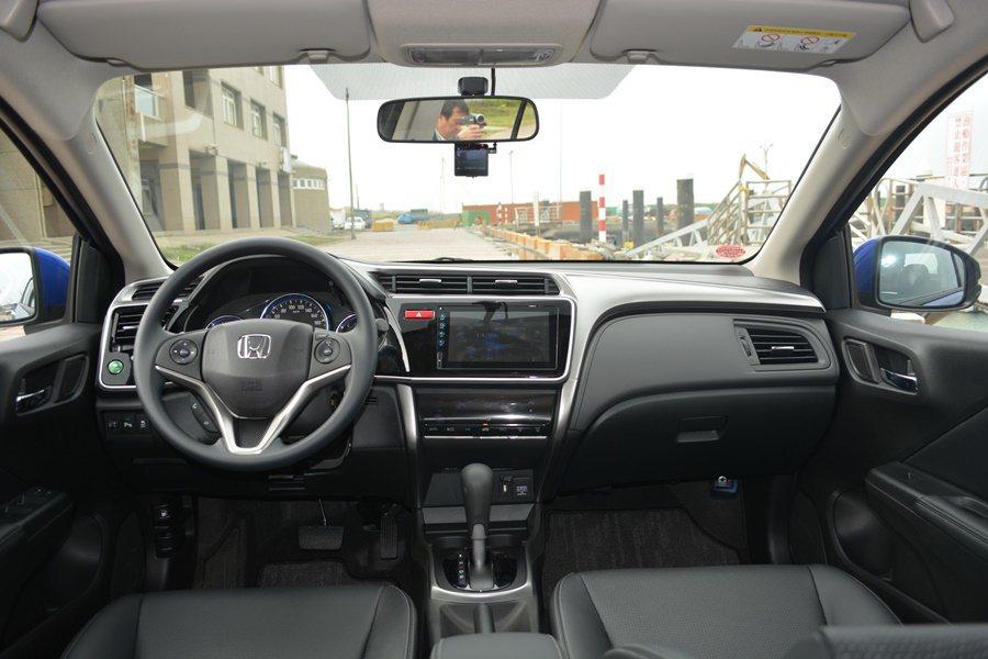 雖是入門車,但City整個座艙質感和配備都超乎同級車,水準與Honda家族的Civic和Accord去不遠。此外,配備也比對手優,中台有觸控式通訊影音系統。另有後座獨立出風口,也比同級車強。
