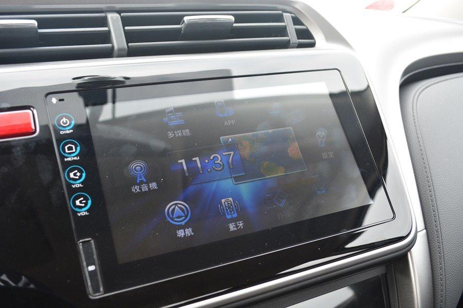 中控台有觸控式通訊影音系統。